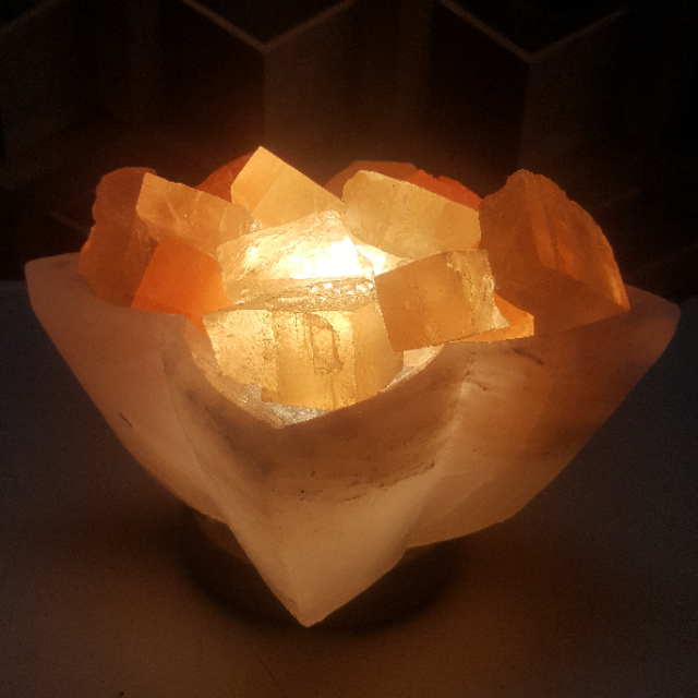 himalayan flower bowl lamp white (with pink crystal halite) with light